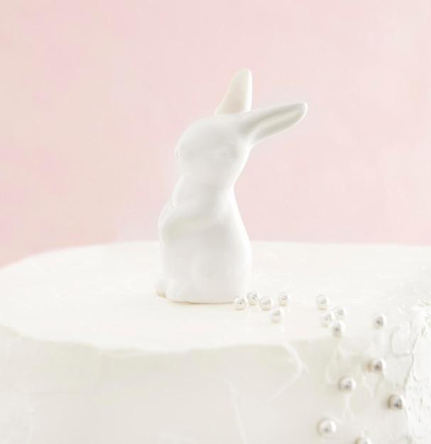 Torta dolce di buon compleanno con coniglietto Foto Gratuite