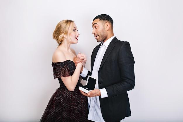 Dolci momenti felici di coppia carina innamorata. proposta di matrimonio, stupito, anello, presente, san valentino, sensuale, celebrazione insieme, umore allegro, sorridente. Foto Gratuite