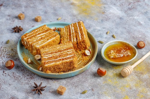 Torta di miele a strati fatta in casa dolce con spezie e noci. Foto Gratuite