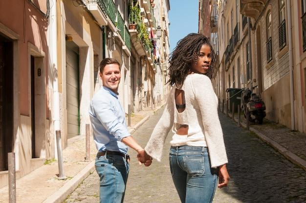 カメラのための甘い異人種間のカップル立って 無料写真