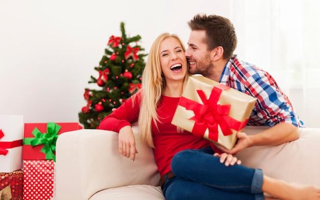 甘いキスとクリスマスのプレゼント 無料写真