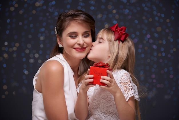 最愛の子供からの甘いキス 無料写真