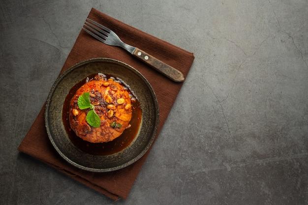 Тайские закуски sweet krathon со сладким рыбным соусом. Бесплатные Фотографии