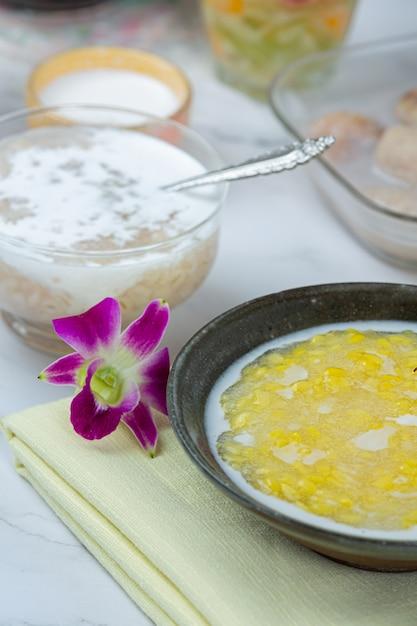 甘い緑豆のお粥とココナッツミルクのレシピ(tao suan)。 無料写真