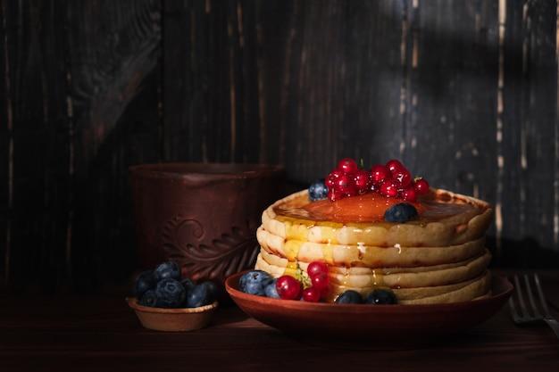 Сладкие блины с черникой и начинкой из красной смородины. домашние блины с ягодами и кокосовой стружкой Бесплатные Фотографии