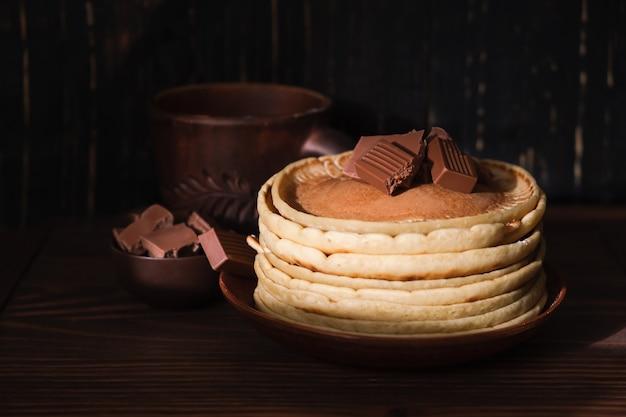 Сладкие блины с шоколадной начинкой. домашние блины с шоколадным завтраком. утренние десертные блины какао на тарелке Бесплатные Фотографии