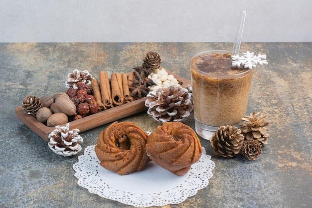 松ぼっくりと一杯のコーヒーが入った甘いペストリー。高品質の写真 無料写真
