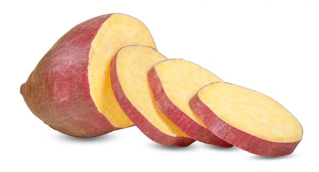 Сладкий картофель на белом фоне Premium Фотографии