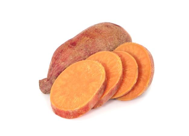 Сладкий картофель с кусочками, изолированные на белом фоне Premium Фотографии