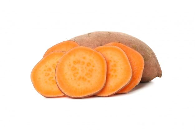 Сладкий картофель и ломтики на белом фоне Premium Фотографии
