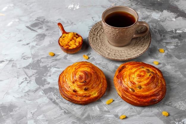 Dolci panini francesi rotondi con uvetta. Foto Gratuite