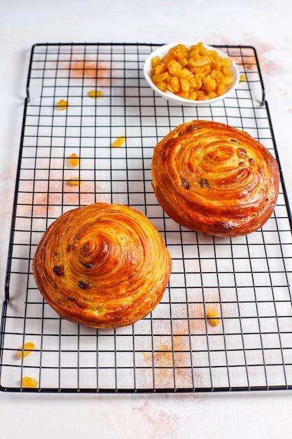 Сладкие круглые французские булочки с изюмом. Бесплатные Фотографии