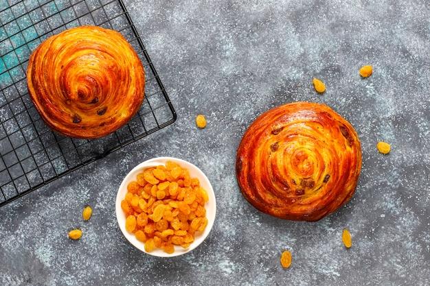 レーズンと甘い丸いフランスパン。 無料写真