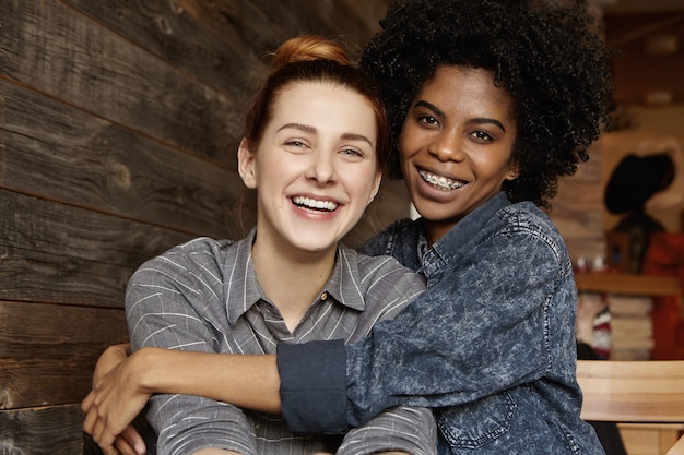 幸せな異人種間の同性愛者のカップルの甘いショット 無料写真