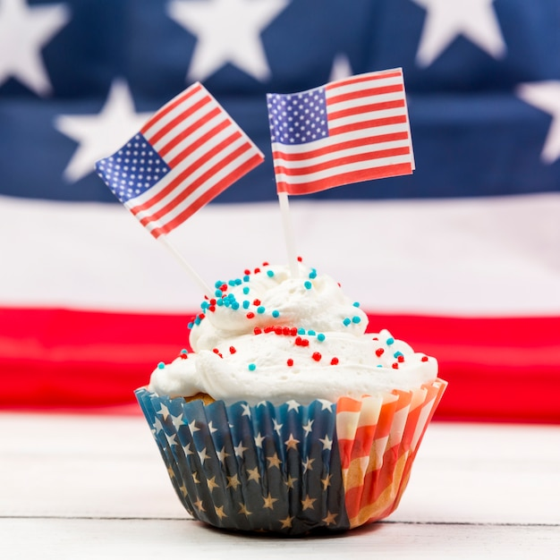 Sweet whipped cream cupcake with american flags Free Photo