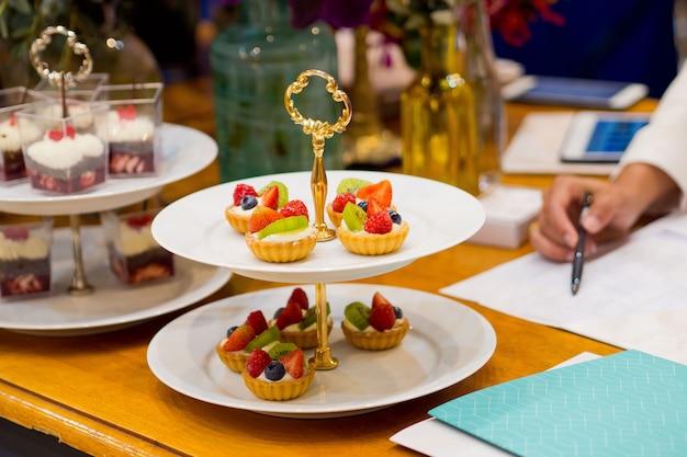 ケータリング食品、デザートと甘い、ミニカナッペ、スナックと前菜、イベントのための食糧、sweetmeat Premium写真