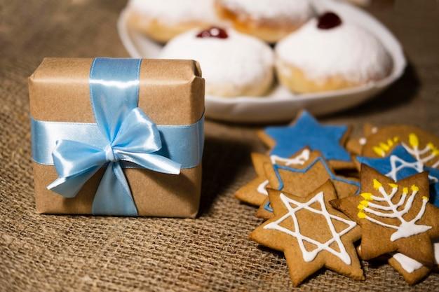 Сладости и подарки традиционная еврейская концепция хануки Бесплатные Фотографии