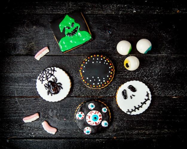 Сладости на хэллоуин на деревянном столе Бесплатные Фотографии