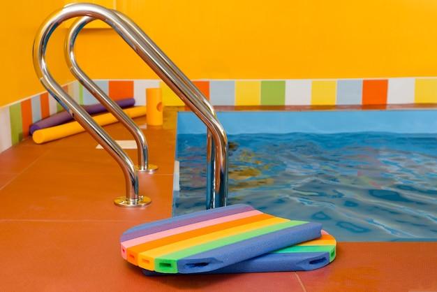 Пена для плавания кладется на край бассейна для детей Premium Фотографии
