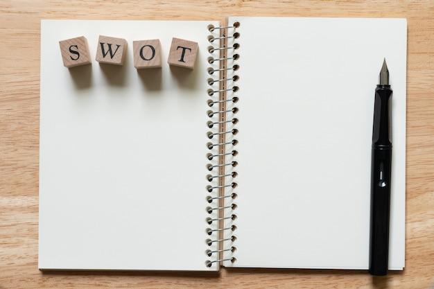 ウッドワードswotとブックランキング(リスト)に置かれた万年筆。 Premium写真