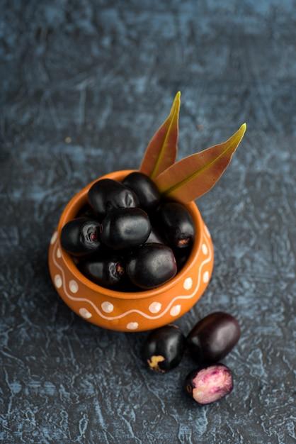 ジャンボランプラムまたはジャンブルまたはジャムンフルーツ、ジャバプラム(syzygium cumini)の葉。 Premium写真