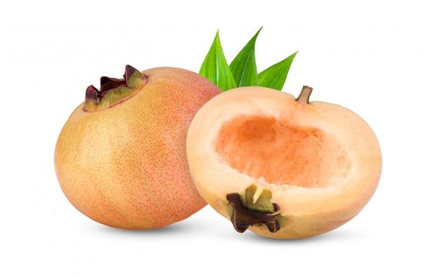 Syzygium jambosまたは白で隔離の葉とローズアップル Premium写真