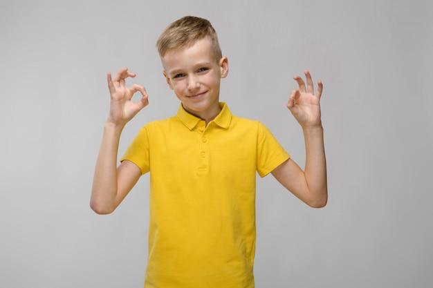 Tシャツの10代の少年 Premium写真