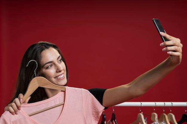 ピンクのtシャツでselfieを取る女性 無料写真
