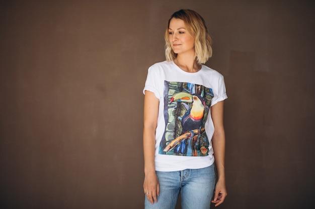 Tシャツを着てきれいな女性 無料写真