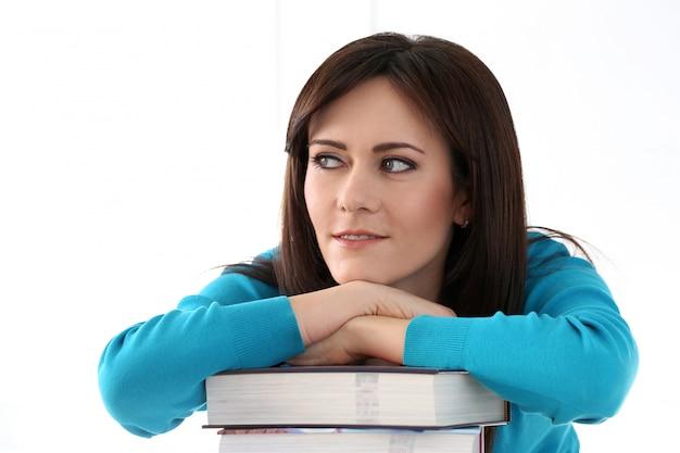 青いtシャツと本で美しい少女 無料写真