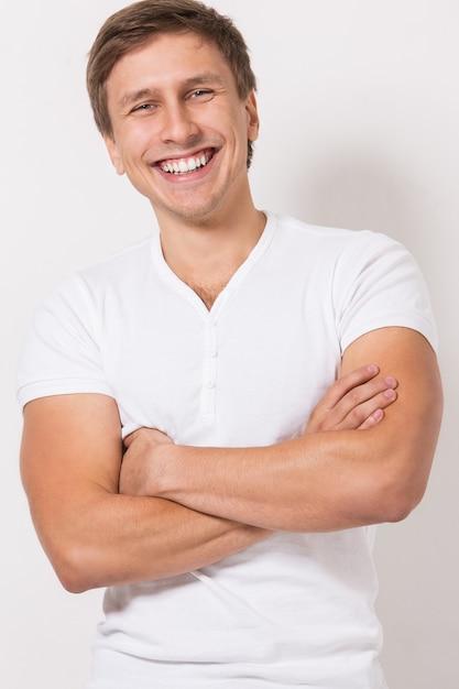 Tシャツでハンサムな男 無料写真