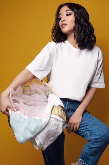 ジーンズと白いtシャツでエレガントなセクシーなアジアの女性 Premium写真