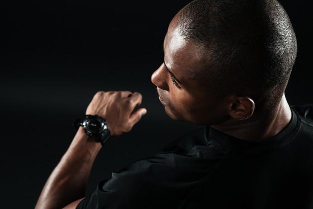 黒のtシャツに身を包んだ若いアフロアメリカンの男のクローズアップ画像 無料写真