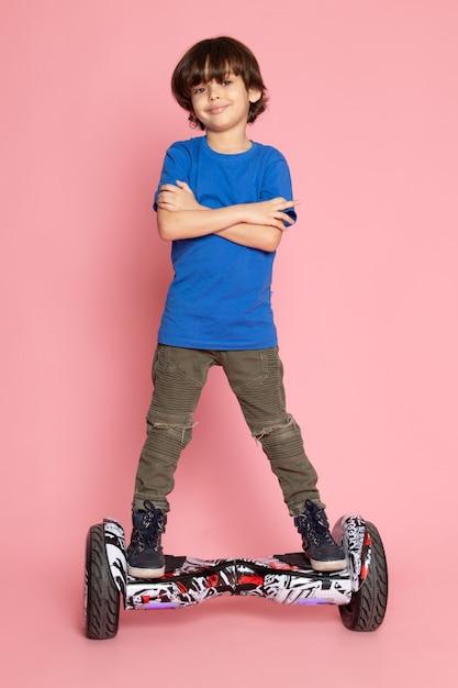 ピンクのセグウェイに乗って青いtシャツの子供 無料写真