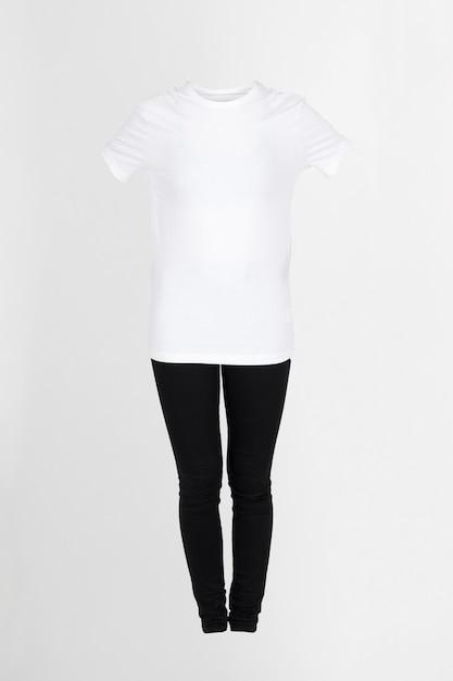 白いtシャツと黒いズボン 無料写真