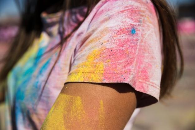 女性のtシャツにホーリーカラーパウダー 無料写真