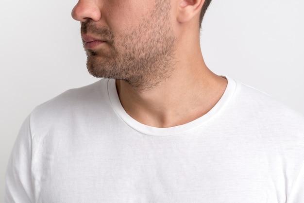 白いtシャツの無精ひげの若い男のクローズアップ 無料写真