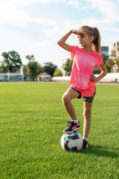 ピンクのtシャツの女の子の完全なショット 無料写真
