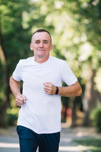公園で走っている白いtシャツの男 無料写真
