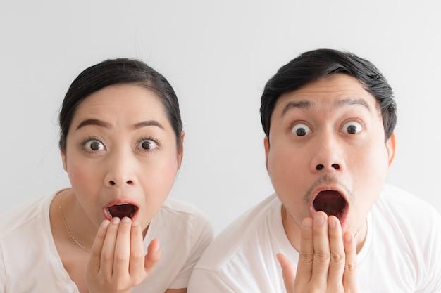 白いtシャツと白い背景でカップルの変な顔に驚いた。 Premium写真