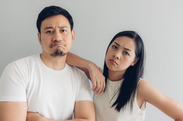 白いtシャツと灰色の背景で悲しいカップル恋人。 Premium写真