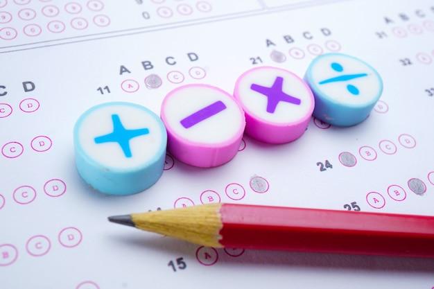解答シートの背景にある数学記号と鉛筆:教育研究数学学習t Premium写真