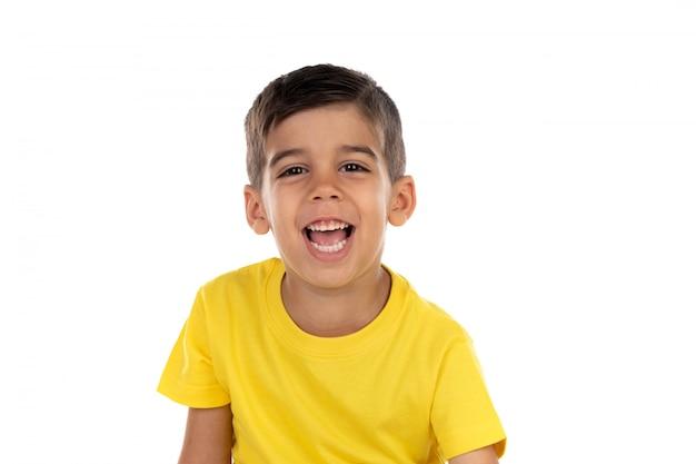 黄色のtシャツと幸せの暗い子 Premium写真