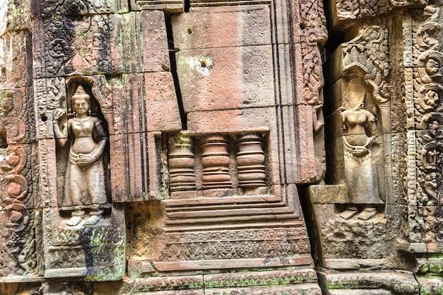 Храм та сом в ангкор-ват в сием рип, камбоджа Premium Фотографии