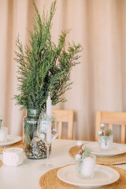 テーブルの装飾クリスマス家族ディナーホームホリデーミニマリズム Premium写真