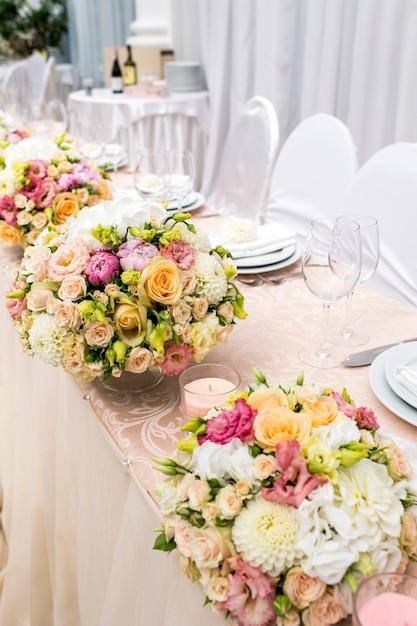 Стол украшен вазой с цветами Premium Фотографии