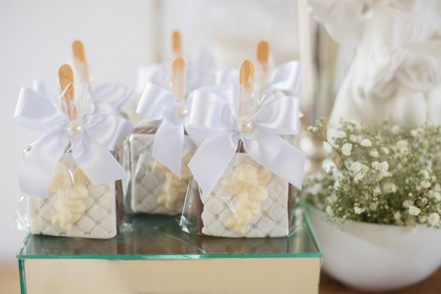 Table decorated with candy alfajor - baptism Premium Photo