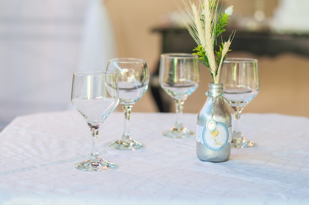 Table decoration with 4 cups and one bottle Premium Photo