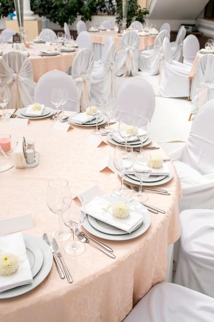Украшение стола и сервировка в ресторане Premium Фотографии