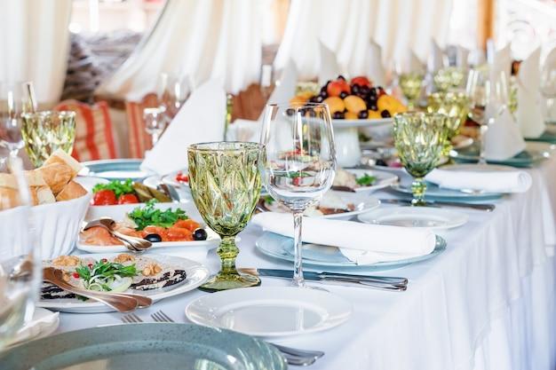 休日や結婚披露宴のテーブルデコレーション Premium写真